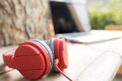Rode hoofdtelefoons en computerlaptop royalty-vrije stock afbeelding