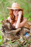Rode hoofdvrouw buiten Royalty-vrije Stock Foto's