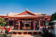 Rode Hoofdzaal met altaar bij Naminoue-heiligdom, Naha, Okinawa Stock Afbeeldingen