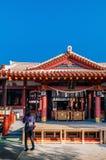 Rode Hoofdzaal met altaar en toerist bij Naminoue-heiligdom, Naha, O Royalty-vrije Stock Afbeelding