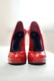 Rode hoog-geheelde schoenen Royalty-vrije Stock Fotografie