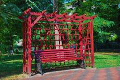 Rode houten bank met dekking Royalty-vrije Stock Afbeeldingen
