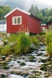 Rode houten cabine bij kampeerterrein Royalty-vrije Stock Foto's