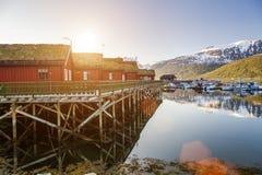 Rode houten cabines bij kampeerterrein door de fjord in Molde, Noorwegen Stock Fotografie