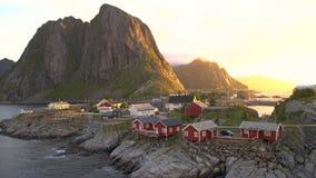 Rode houten die hutten, als Rorbu, in het dorp van Reine op het Hamnoy-eiland worden bekend stock footage