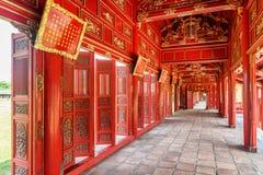 Rode houten gang in de Purpere Verboden Stad, Tint, Vietnam stock foto's