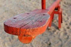 Rode houten geschommelspeelplaats Stock Afbeeldingen