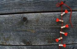 Rode houten harten op natuurlijke houten achtergrond Royalty-vrije Stock Afbeelding