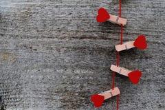 Rode houten harten op natuurlijke houten achtergrond Stock Fotografie