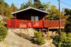 Rode houten hytte met terras, Noorwegen Stock Afbeeldingen
