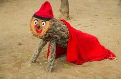 Rode houten Kerstmismascotte in Barcelona Stock Foto