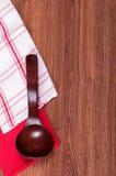 Rode houten lepel witte en rode handdoek Royalty-vrije Stock Afbeelding