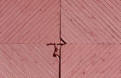 Rode houten poort met oud hangslot royalty-vrije stock foto