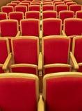 Rode houten stoelen in het auditorium Stock Afbeeldingen