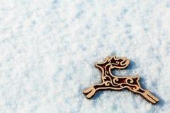 Rode houten stuk speelgoed herten in de sneeuw Royalty-vrije Stock Afbeelding