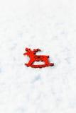 Rode houten stuk speelgoed herten in de sneeuw Royalty-vrije Stock Fotografie
