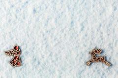 Rode houten stuk speelgoed herten in de sneeuw Stock Foto's