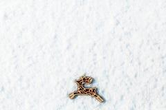 Rode houten stuk speelgoed herten in de sneeuw Royalty-vrije Stock Foto