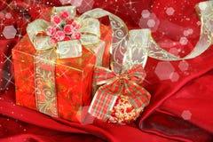 Rode huidige doos en van Kerstmis decoratie Stock Fotografie