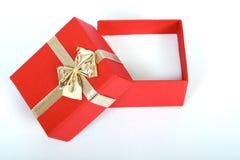 rode huidige doos met gouden lint dat op wit wordt geïsoleerdu Royalty-vrije Stock Afbeeldingen
