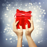Rode huidige doos op Kerstmis bij het shinning van achtergrond Stock Afbeeldingen