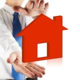 Rode huis en handen royalty-vrije stock afbeelding