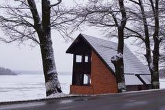 Rode huis, vijver, bomen en barst - de wintertijd stock afbeelding