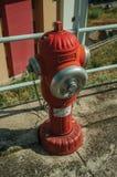 Rode hydrant op concrete stoep royalty-vrije stock afbeelding