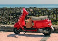 Rode Italiaanse Vespa royalty-vrije stock afbeeldingen