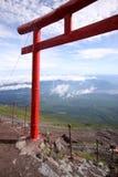 Rode Japanse torussenpoort bovenop Mt. Fuji Stock Fotografie