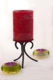 Rode kaars in een zwarte gesmede kandelaarhouder met twee groene thee lichte houders Royalty-vrije Stock Fotografie