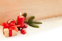 Rode kaars voor de eerste Komst vóór Kerstmis stock fotografie