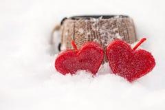 Rode kaarsen in de sneeuw Royalty-vrije Stock Fotografie