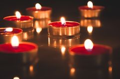 Rode kaarsen die in de nacht gloeien stock foto's