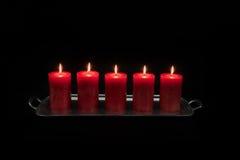 Rode kaarsen die op een rij branden Stock Afbeeldingen