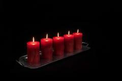Rode kaarsen die op een rij branden Stock Foto's