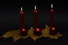 Rode kaarsen en rode ballen. Royalty-vrije Stock Foto
