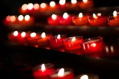 Rode kaarsen in kerk royalty-vrije stock foto