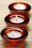 Rode kaarsen in kuuroord stock fotografie
