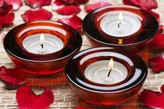 Rode kaarsen in kuuroord stock afbeelding