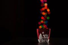 Rode kaarsenhouder met Kerstmislichten op achtergrond Royalty-vrije Stock Foto's