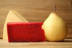 Rode kaas en houten lijst Stock Afbeelding