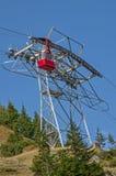 Rode kabelwagen in de bergen van de Karpaten Royalty-vrije Stock Fotografie