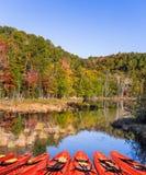 Rode kano's die op het meer worden vastgelegd stock afbeelding
