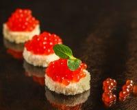 Rode kaviaar canape of sandwich met de rode vissen van de snackzalm, zeevruchten De achtergrond van het voedsel Hoogste mening royalty-vrije stock afbeeldingen