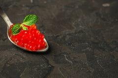 Rode kaviaar canape of sandwich met de rode vissen van de snackzalm, zeevruchten De achtergrond van het voedsel Hoogste mening royalty-vrije stock foto