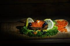 Rode kaviaar en zwart brood Stock Foto