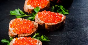Rode kaviaar op leiachtergrond royalty-vrije stock foto