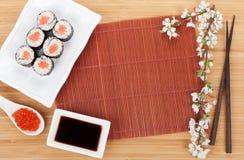 Rode kaviaar, sushireeks, sakuratak en eetstokjes stock fotografie
