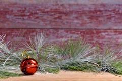 Rode kenwijsjeklok met een rode achtergrond van de schuurraad stock afbeelding